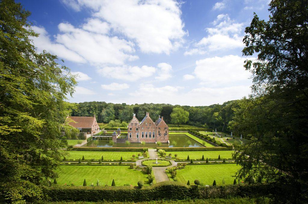 Luchtfoto Menkemaborg Uithuizen met tuin